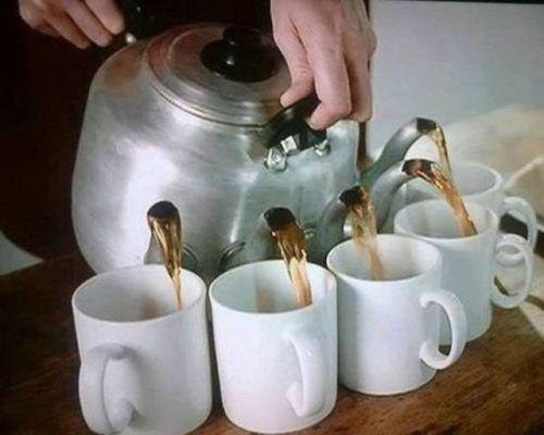 И тот, кто опоздает к чаю - будет вытирать лужу.