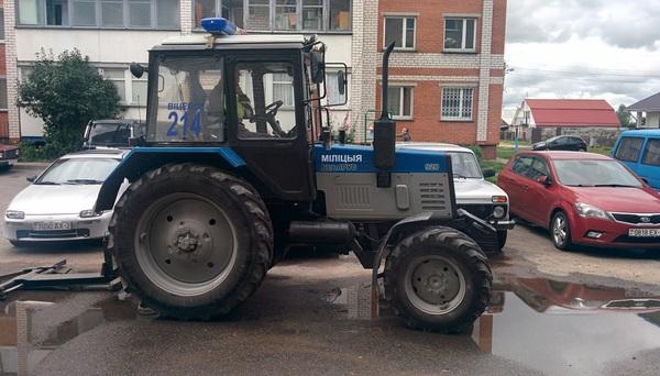 Выглянул сегодня во двор, а там... Беларусь, Витебск, Милиция, трактор, длиннопост
