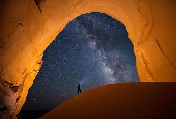 Мужчина наблюдает Млечный путь в пустыне, штат Юта, США.