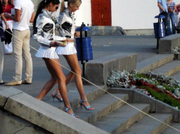 Ножки в юбке на улице