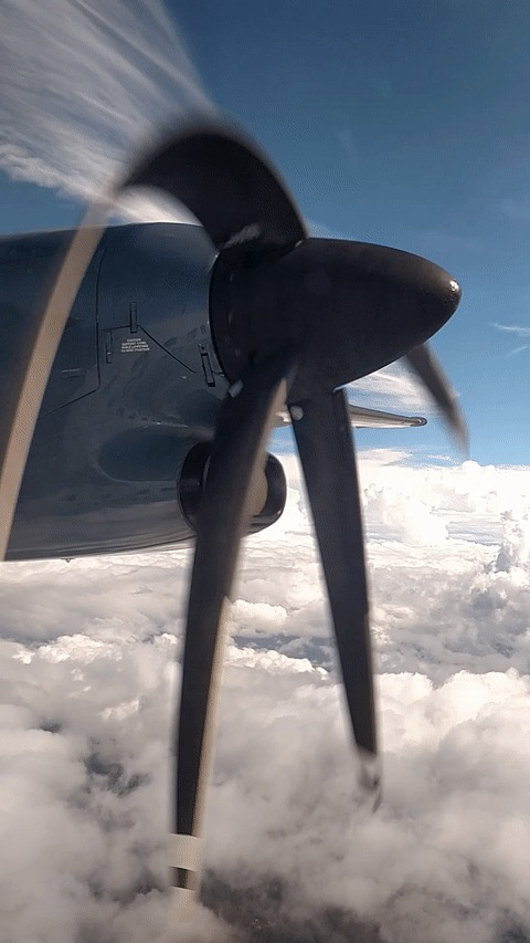 Если смотреть на лопасти самолета через камеру