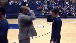 Тренер баскетбольной команды в колледже приветствует каждого игрока по-разному