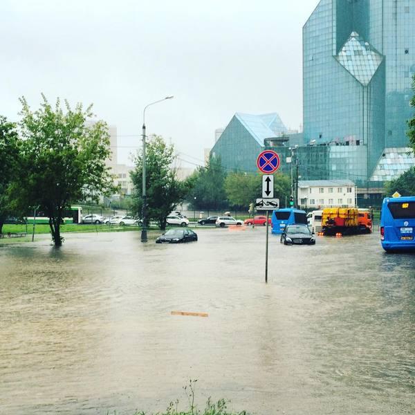 В Москве спасатели эвакуировали около 200 человек с подтопленных дорог. Москва, Яуза, Дождь, Потоп, Мчс, Текст, Новости