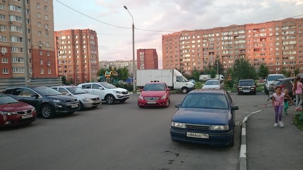 Три девицы под окном... Неправильная парковка, Женщина, Разговор, Улица
