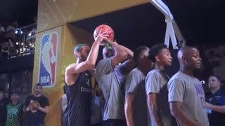 Твое лицо, когда белоснежка из толпы вкатывает слэмданки не хуже твоих черных братьев Прыжок, Реакция, NBA, Баскетбол, Белый, Баскетбольный мяч, Гифка, Видео, Негры, Слэмданк
