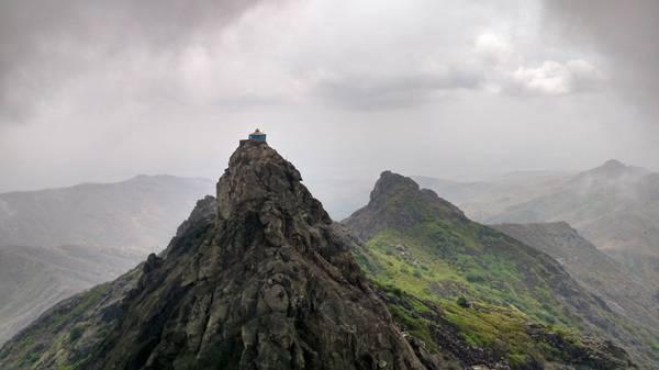 9999 ступеней, чтобы достичь вершину горы Гирнаре (Индия)