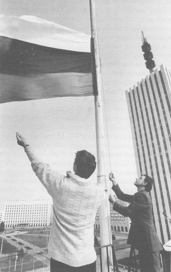 Водружение нового государственного флага на здание Архангельского городского совета, 26 августа 1991 года