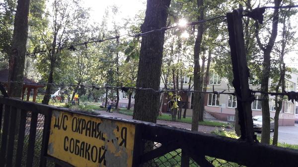 Суровый Питерский детский садик Детский сад, Санкт-Петербург, Суровость, Колючая проволока, Охрана