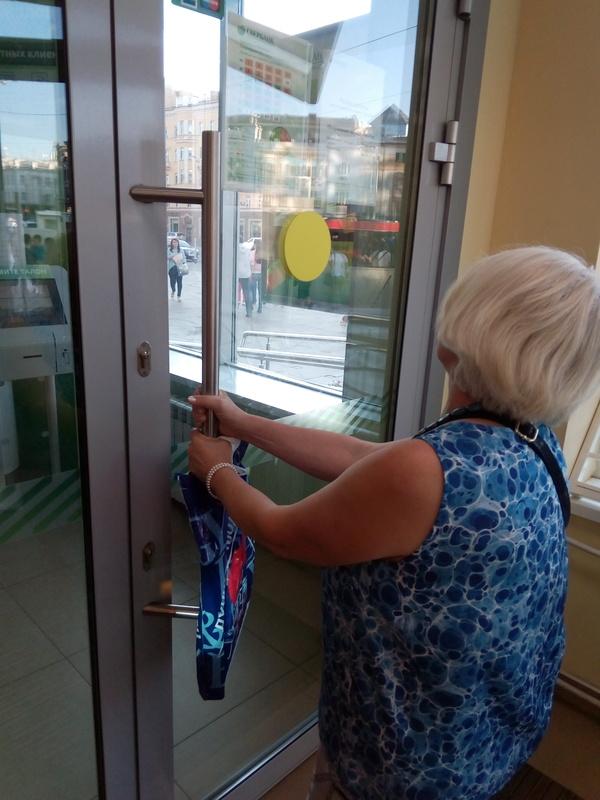 Пока стоял в очереди, женщина упорно пыталась войти 10 минут. В закрытую дверь
