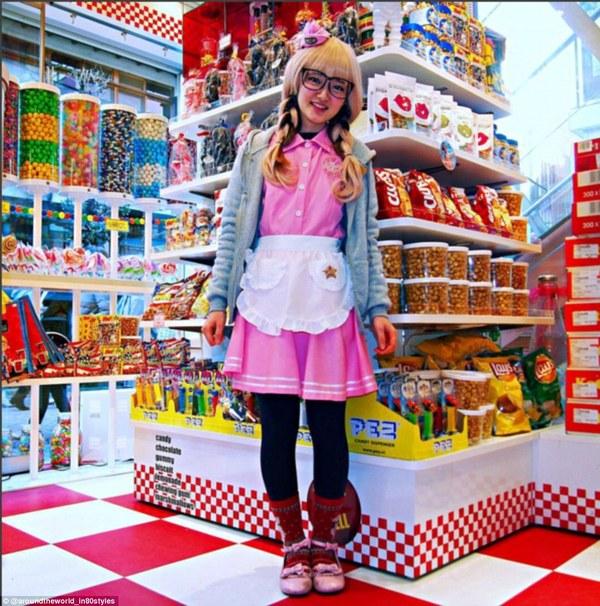 Продавщица  в  магазине  сладостей. Япония.фото