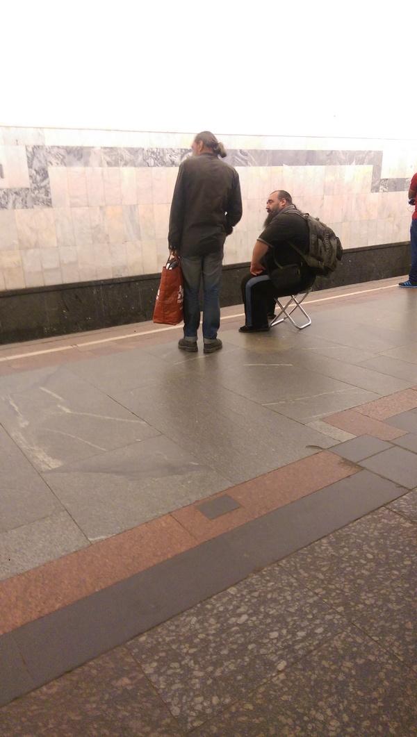 Сегодня утром увидел это индивидуума в метро. Теперь мы знаем что у Вассермана в карманах.