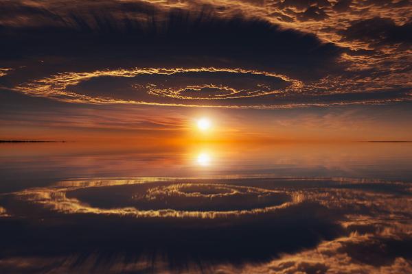 Небо и его отражение выглядит, как начало Судного дня