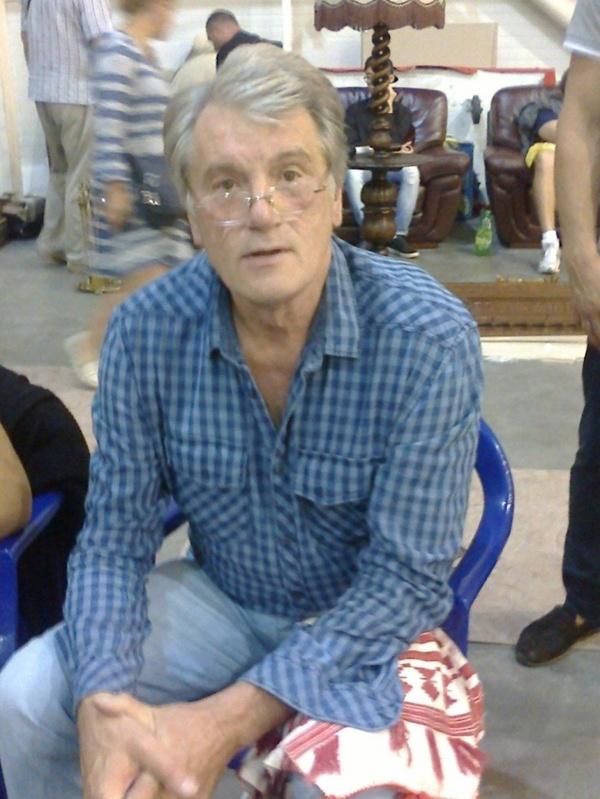 Бывший президент Украины торгует вышиванками на блошином рынке Ющенко, Рынок, Вышиванка, Президент, Политика, Украина