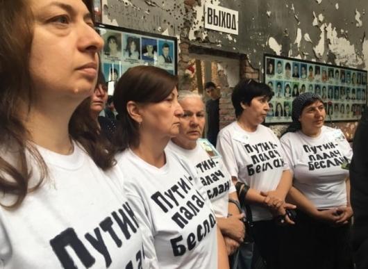 В Беслане во время панихиды по погибшим в теракте Путин, Палач, Беслан