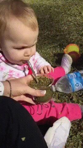 Ребёнок впервые пробует чай матэ