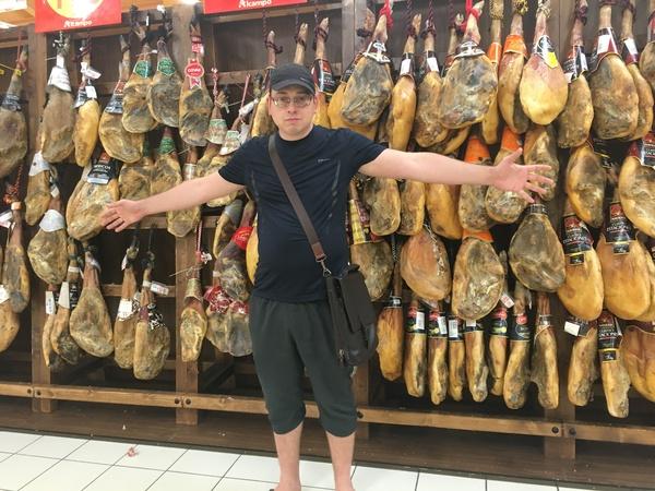 В ашане, в Испании. Я, сегодня. Хамон.