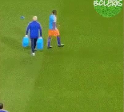 Раз 10 посмотрел, пока понял, как этот черный Копперфильд наколдовал себе мяч! Футбол, Магия, Трюк, Чудо, Гифка