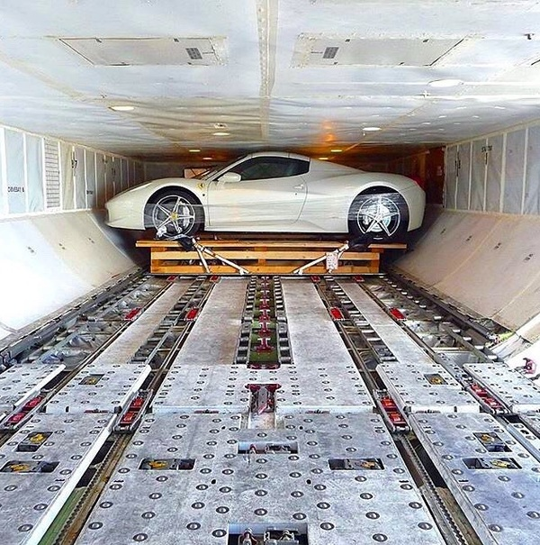 Идеально по размеру - Ferrari на погрузке в грузовой самолет.