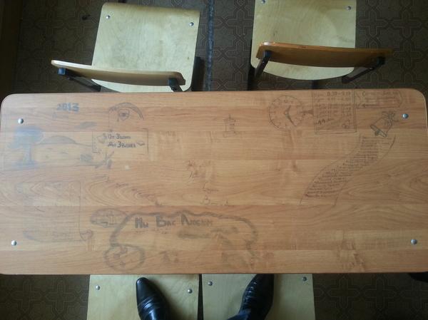 На волне учебной мебели парта, школа, надписи на парте