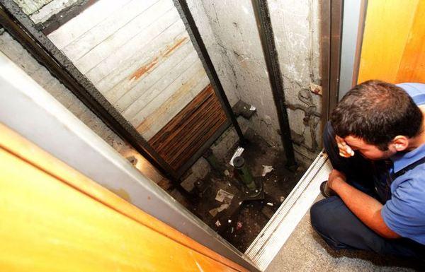 Парень с женщиной застряли в лифте — photo 14