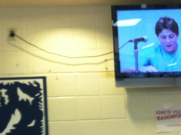 Шнур от розетки телевизора идеально совпал со шнуром к микрофону с экрана