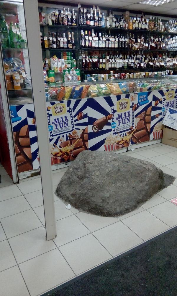 Ничего необычного.. просто камень в магазине. Камень, Санкт-Петербург, Магазин, И так сойдет, А мне норм, Прилавок, Алкоголь