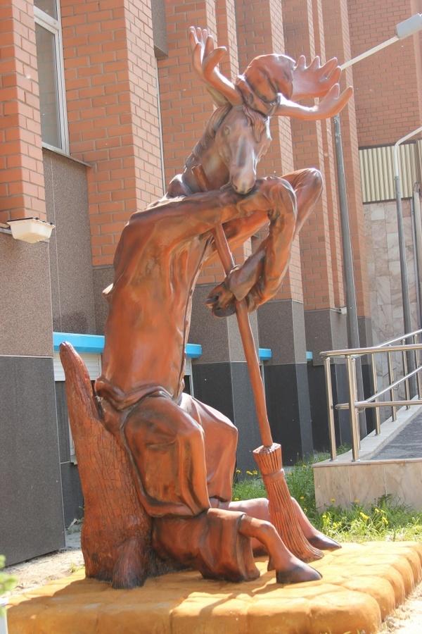 Этот лось выглядит как-будто с него содрали шкуру Памятник, Сургут, Лось, Длиннопост