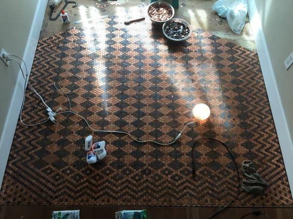 Женщина сделала просто потрясающий пол из 15 тысяч монет Картинки, длиннопост, монета, 15 тысяч, imgur, пол