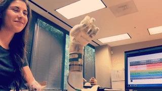 Angel Giuffria тестирует бионический протез Angel Giuffria, Протез, Бионическая рука, Бионический протез, Рука, Инвалид, Технологии, Протезирование, Гифка