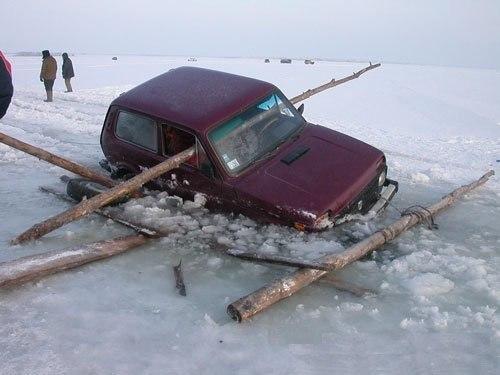 А как вы вытаскиваете свою Ниву из подо льда?