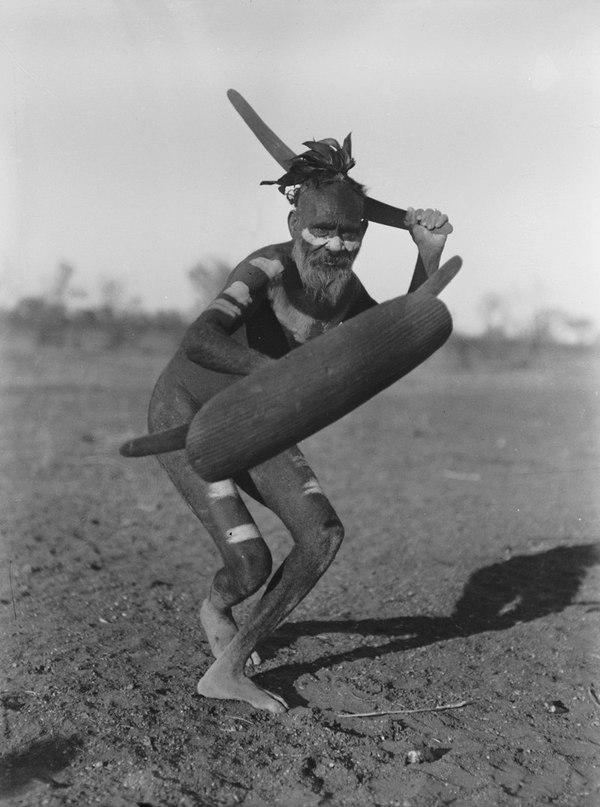 Австралийский абориген с бумерангом, 1920-е.