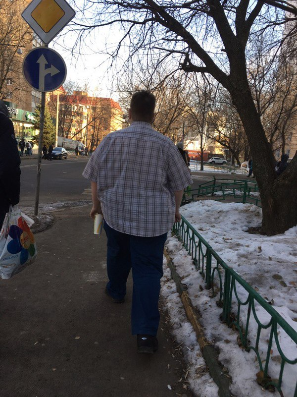 Да что у этого парня в стакане ? Парни, В рубашке, На улице, Ноябрь, Снег