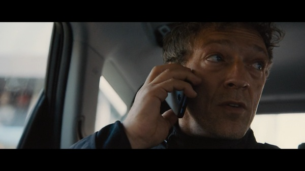 Киллер получает инструкции от шефа ЦРУ. Кадр из фильма о Дж.Борне.