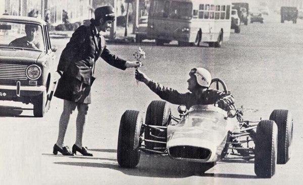Тбилиси, СССР. Автогонщик дарит цветы сотруднице ГАИ.