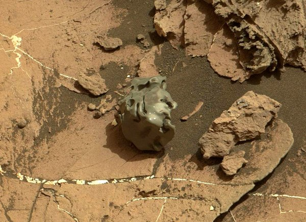 nasa rover spots claw of living alien on mars - HD 3200×1680