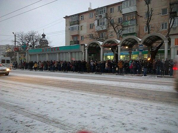Универ? Не сегодня! Люди, нет транспорта, остановка, не сегодня, толпа, Севастополь