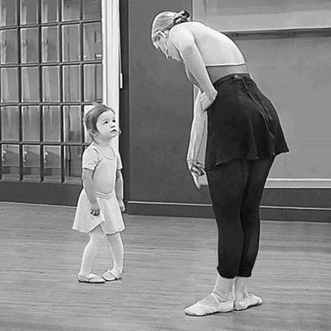 Юную балерину в попу