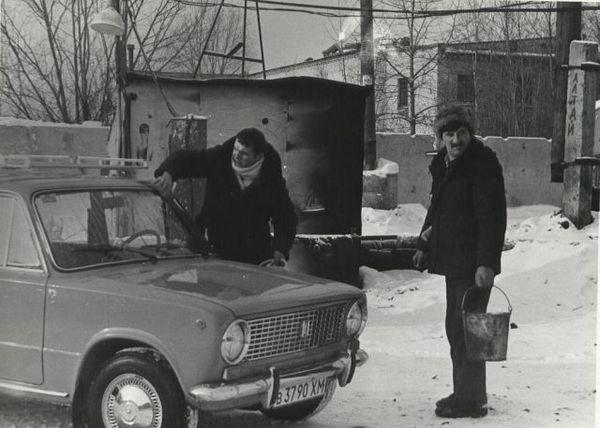 """Мужчина протирает лобовое стекло своей новенькой """"копейки"""". 60-70ые годы."""