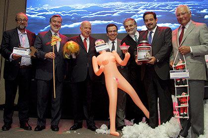 Министру экономики Чили подарили надувную секс-куклу новости, Чили