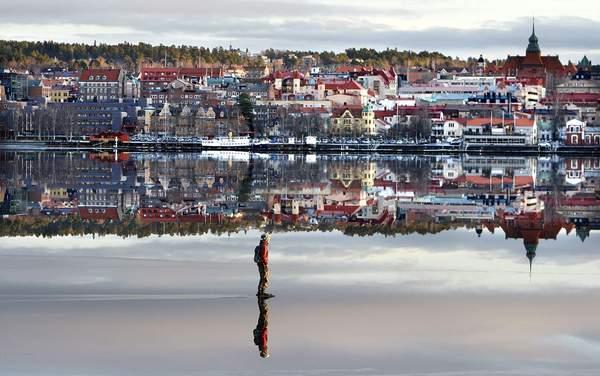 """Замёрзшее """"зеркало"""" озера Стуршён , Эстерсунд , Швеция ."""