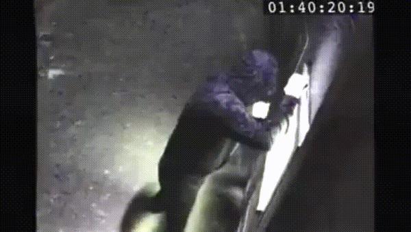 Ответственный гражданин демонтирует банкоматный скиммер