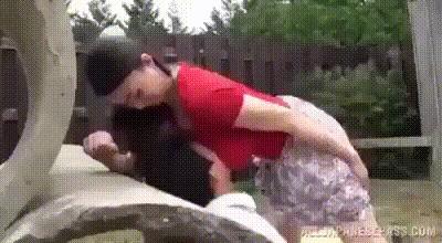Техника защиты от хулиганов для девушек с большой гудью