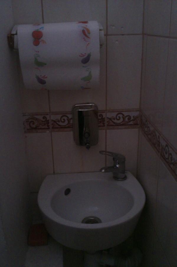 Мужской член в стенной дырке общественного туалета