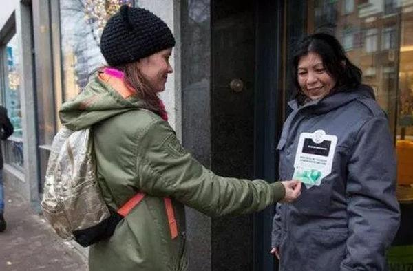 В Амстердаме бездомные начали принимать милостыню с пластиковых карт Новости, Бездомные, Попрошайки, Амстердам