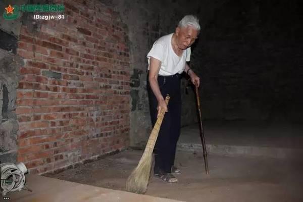 """87-летний """"часовой"""" обнаружился в Китае Китай, Часовой, Забыт, Бомбоубежище"""