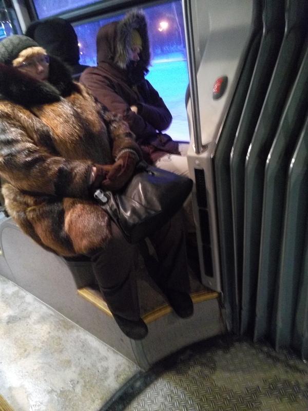 Мальчик прижимается хуем к женщине в автобусе