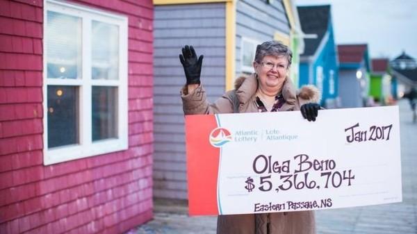 Канадка 27 лет подряд использовала приснившуюся ей комбинацию чисел в лотерее и наконец выиграла Канада, Лотерея, Выигрыш, Видео