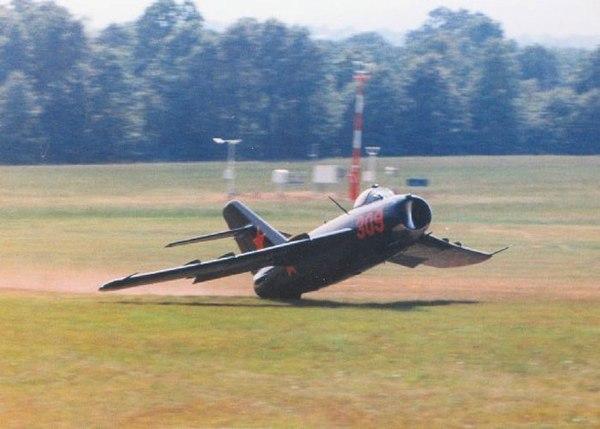 Пилоту не хватило или наоборот, хватило? :) Авиация, Миг-17, стальные яйца, мертвая петля