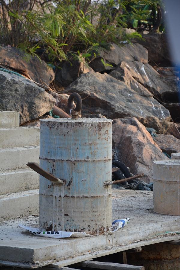 Бочка,бетон и автомобильные рессоры,так на Шри Ланке делают самодельные якоря для судов