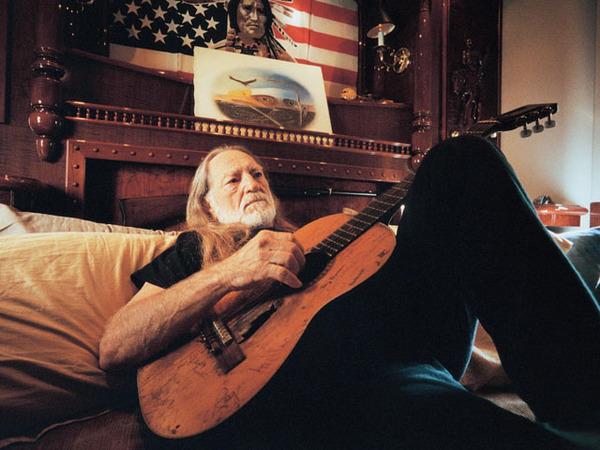 Гитара кантри-исполнителя Вилли Нельсона после 48 лет использования. гитара, старость, вилли нельсон, кантри, Фото, из интернета